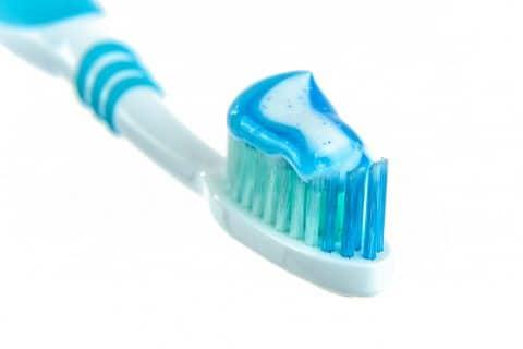 5 formas de limpiar tu cepillo de dientes
